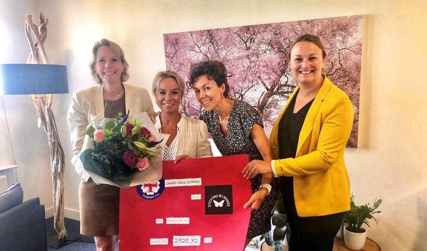 Drie dames van de Ladies Circle Zutphen e.o. overhandigen de cheque aan Patty Minnée van de Stichting Bo Minnée. Foto: PR