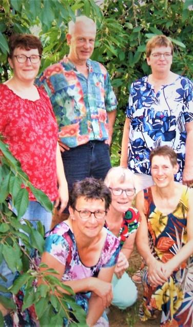 Het organiserend comité van De Boer Op in de kersenboomgaard van de familie Selman. Foto Reinier Kroesen