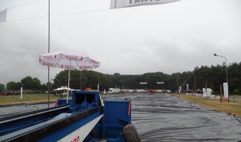 Zaterdagavond stonden de sleepwagens wegens de regen 'werkloos' in de Oltwater Arena die was afgedekt met plastic. Foto: Jan Hendriksen,