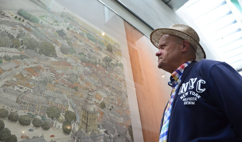 Van een afstandje kijkt Henk Bouwman naar het eerste deel van zijn tekening.  Foto: Alize Hillebrink