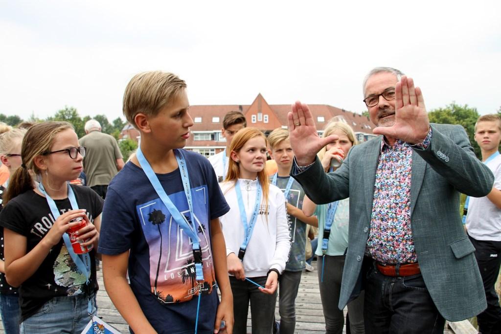 Wethouder Evert Blaauw leert leerlingen van De Hoge Voorde visserslatijn. Foto: Liesbeth Spaansen  © Achterhoek Nieuws b.v.