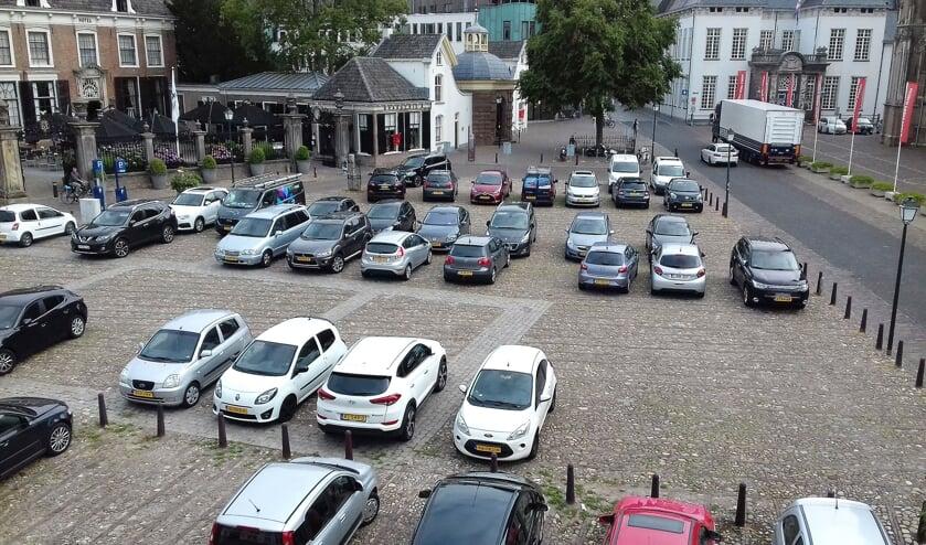 Het huidige straatbeeld met parkeerplaats op het 's Gravenhof. Nu nog parkeerplaats. Straks een toeristische attractie. Foto: Alize Hillebrink
