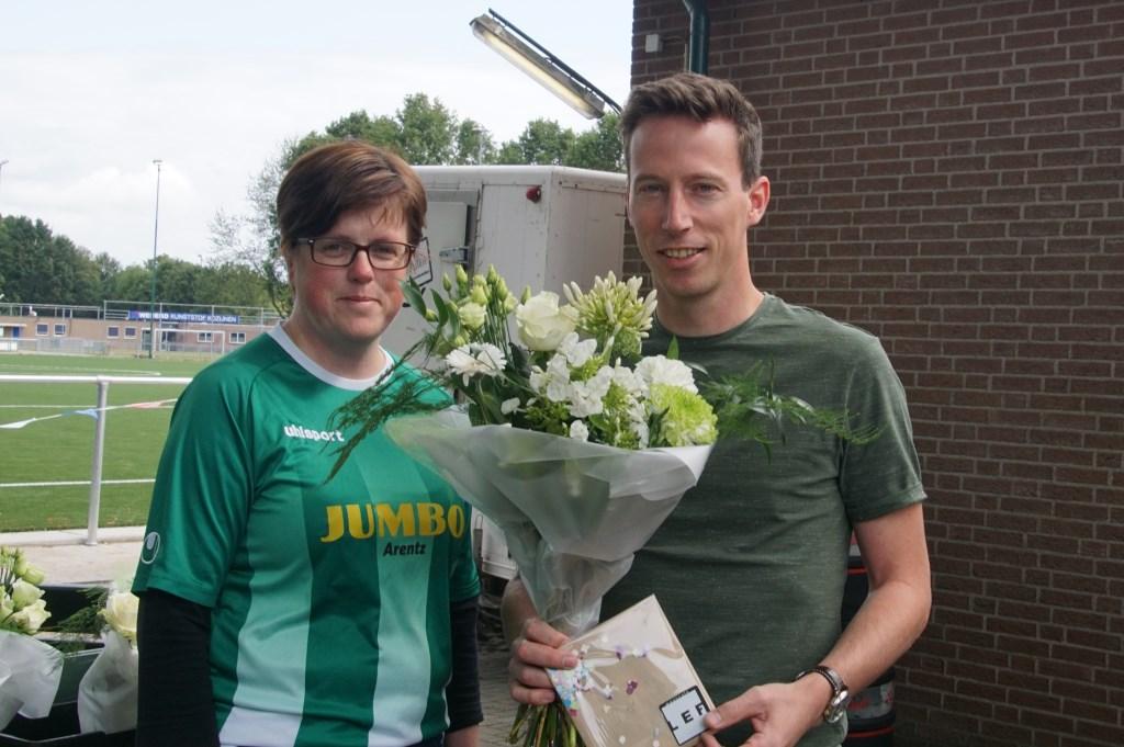 Kim ten Holte met jubilaris (25 jaar lid)  Rick Neevel.  Foto: Frank Vinkenvleugel  © Achterhoek Nieuws b.v.