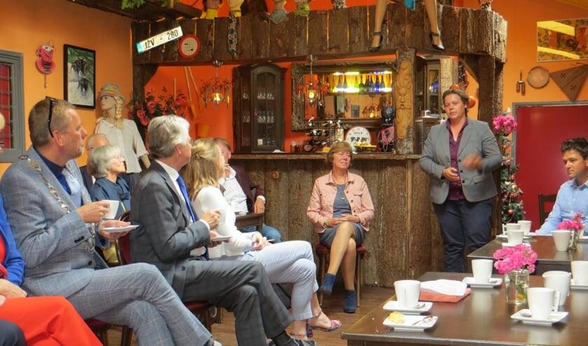 Suxanne Ruesink vertelt de commissaris over wat op het platteland leeft. Foto: Bernhard Harfsterkamp