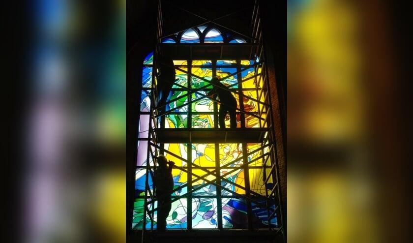 Het plaatsen van raam in de Nieuwe Kerk te Delft. Foto: PR