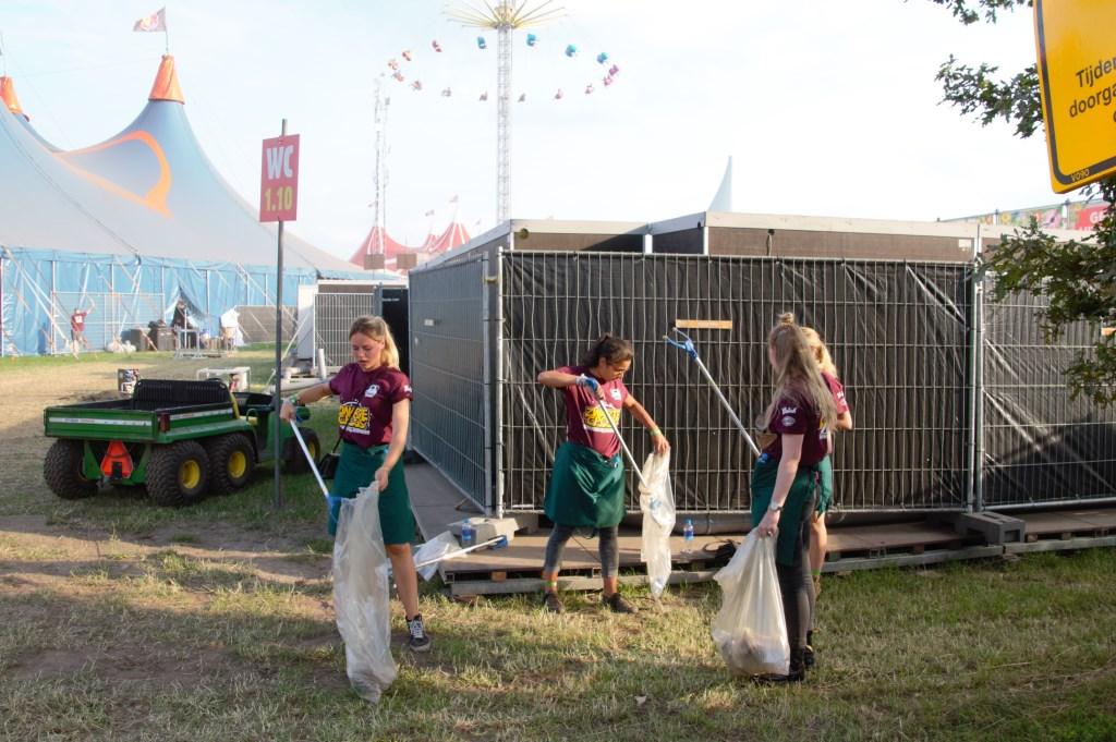 Zowel front- als backstage wordt de boel opgeruimd. Foto: Annekée Cuppers  © Achterhoek Nieuws b.v.