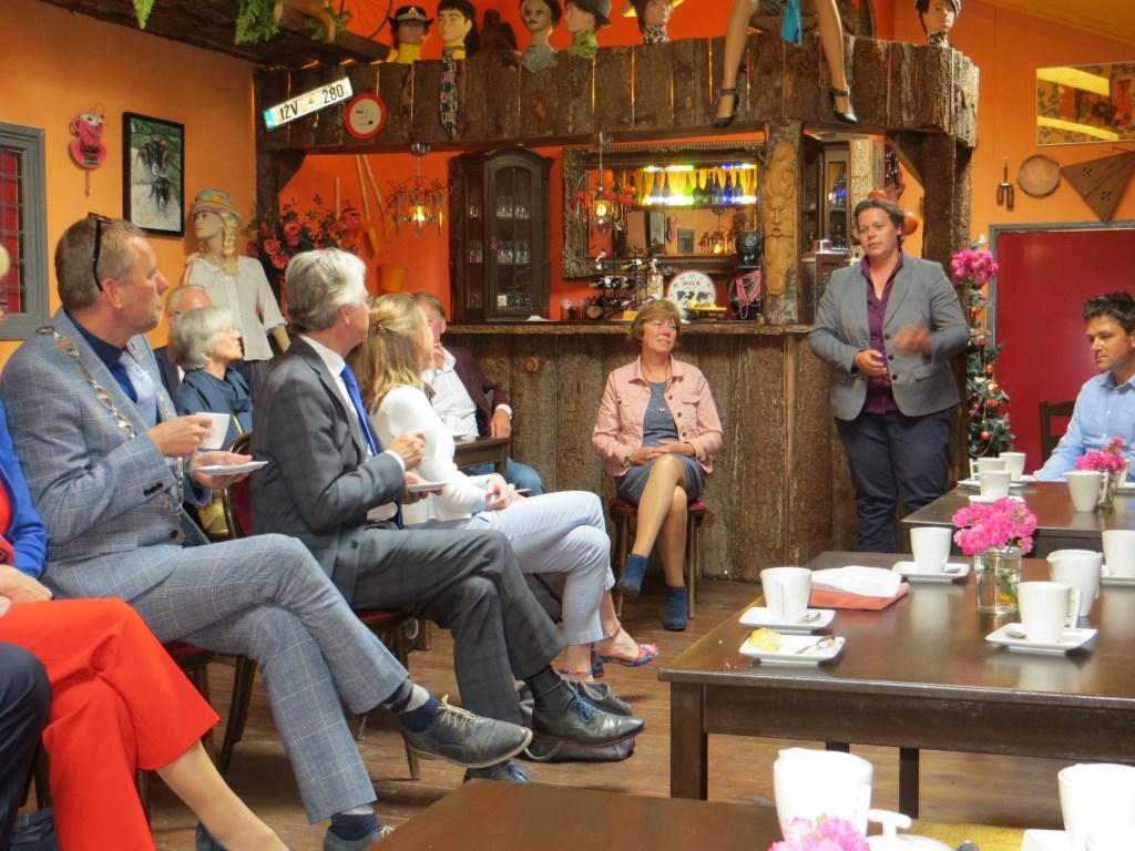 Suxanne Ruesink vertelt de commissaris over wat op het platteland leeft. Foto: Bernhard Harfsterkamp  © Achterhoek Nieuws b.v.