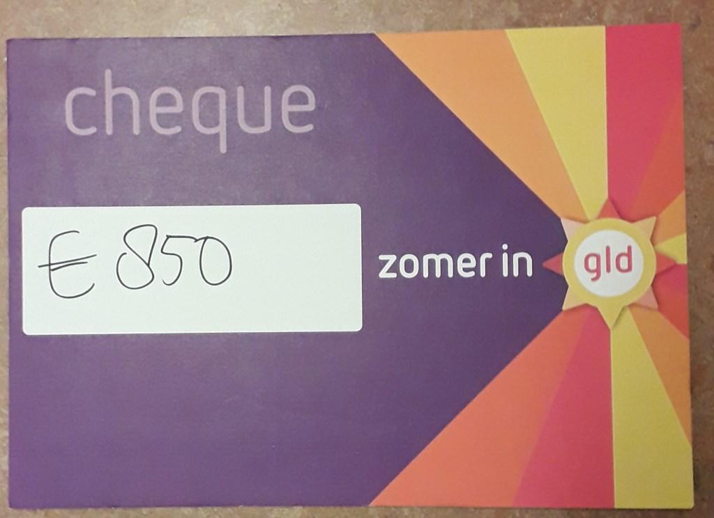 Een fraai bedrag op de cheque van Omroep Gelderland. Foto:PR  © Achterhoek Nieuws b.v.