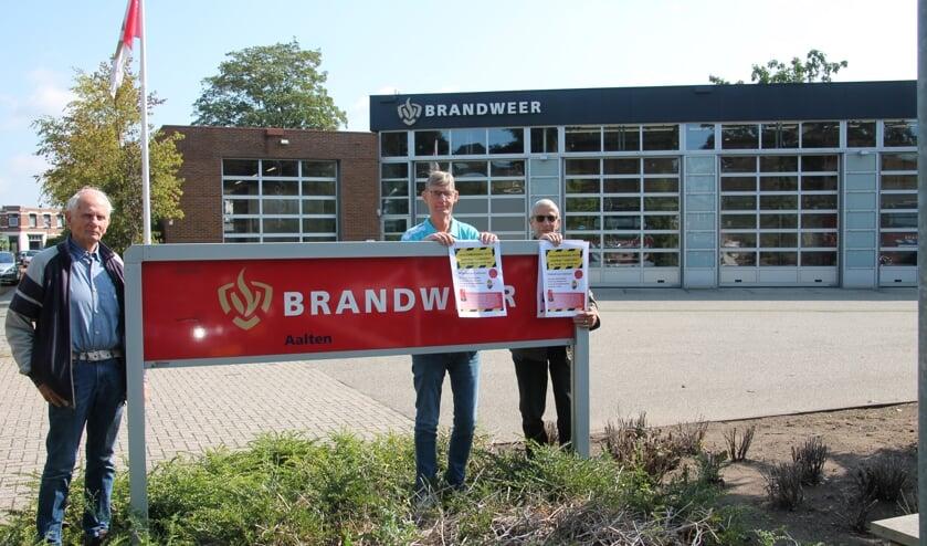 VVN-bestuursleden Stronks, Te Grotenhuis en Hofman bij de brandweerkazerne in Aalten, waar de Veiligheidsdag plaatsvindt. Foto: Lydia ter Welle