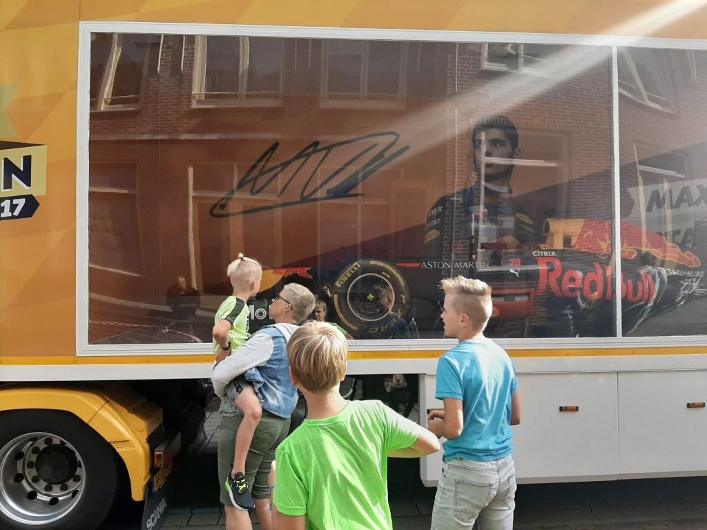Bezoekers bekijken de showcar van Red Bull. Foto: Eva Schipper  © Achterhoek Nieuws b.v.