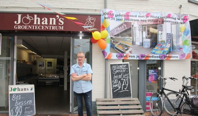 Johan staat trots voor zijn winkel. Foto: Eva Schipper