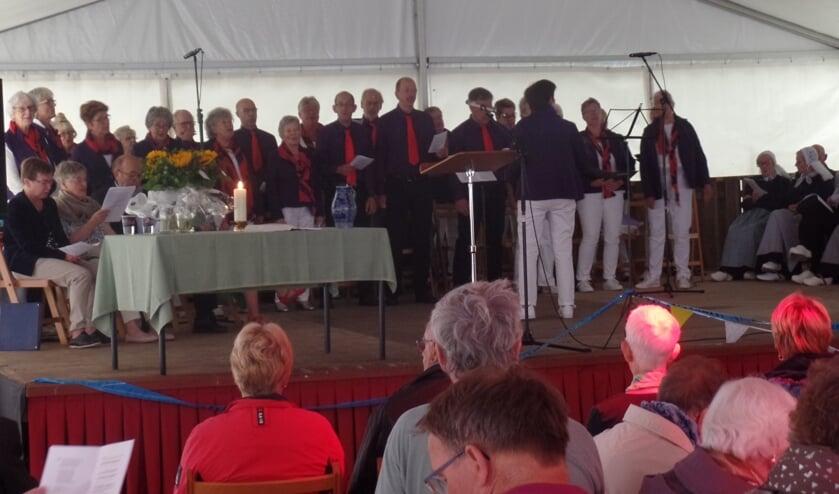 Aan de tentdienst verleenden koor Schouder aan Schouder en de Achterhookse Folkloredansers hun medewerking. Foto: Jan Hendriksen.