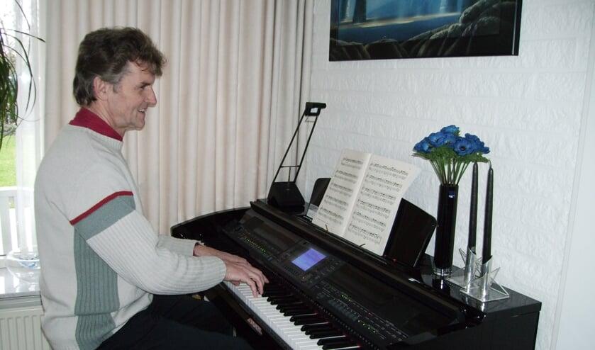 Pianist Bennie Heutinck brengt Nederlandstalige meezingers. Foto: eigen foto