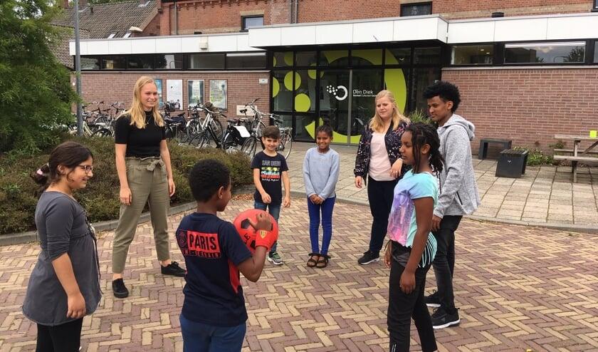 Eva Kuijl (links) en Doreen Wolterink helpen op een speelse manier jonge nieuwkomers bij de Zomerschool met taal. Foto: Barbara Pavinati