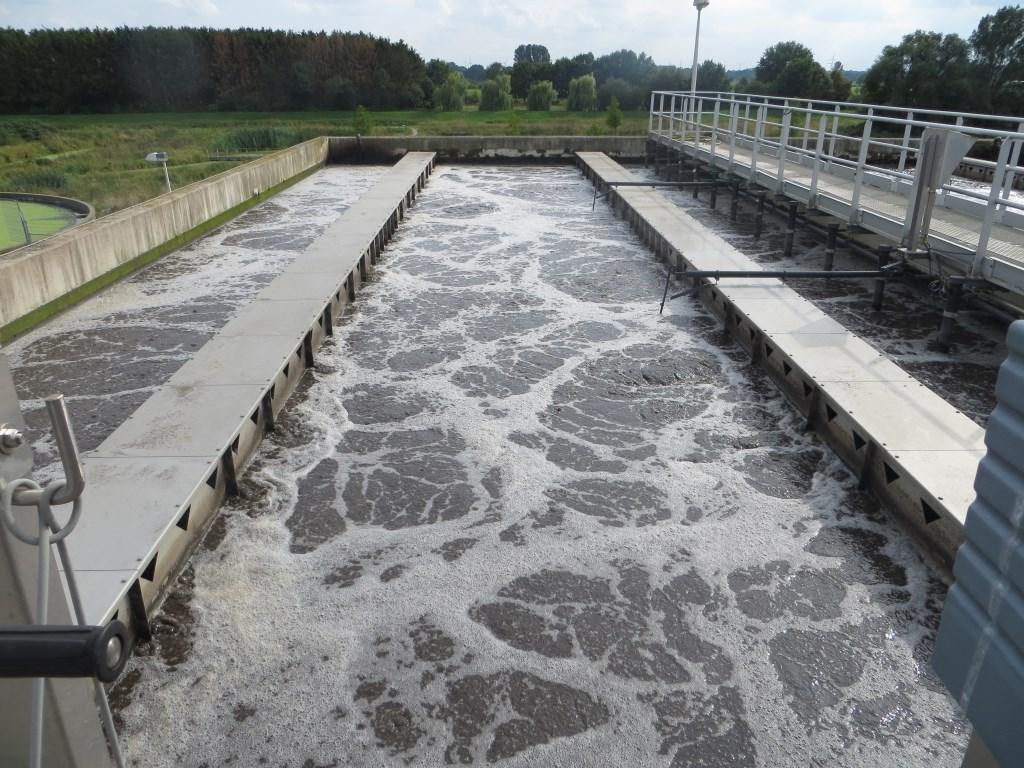 Zuurstof toevoegen aan het afvalwater. Foto: Bernhard Harfsterkamp  © Achterhoek Nieuws b.v.