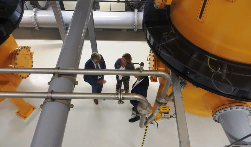 Minister van Nieuwenhuizen samen met de directeur van Vitens en de watergraaf in het drinkwaterstation in Corle. Foto: Bernhard Harfsterkamp