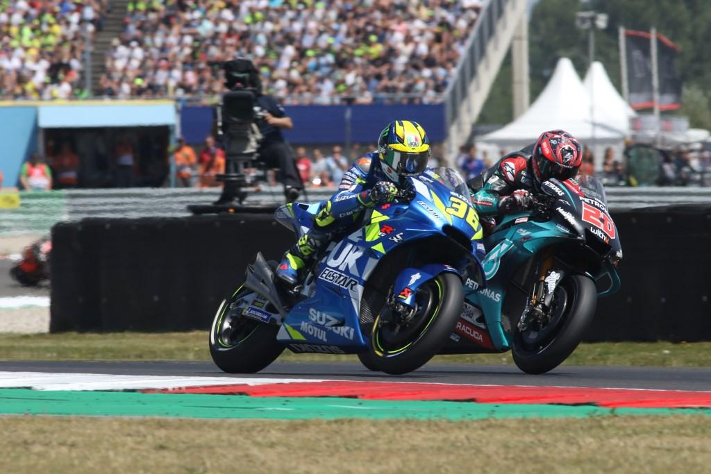 MotoGP talent Fabio Quartararo (nummer 20) hier in duel met Joan Mir (36). Foto: Henk Teerink  © Achterhoek Nieuws b.v.