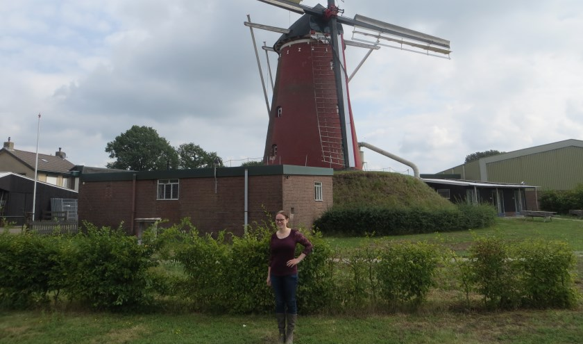 Gerloeske Brezet bij de molen in Lintelo, waar ze naast woont. Foto: Bernhard Harfsterkamp