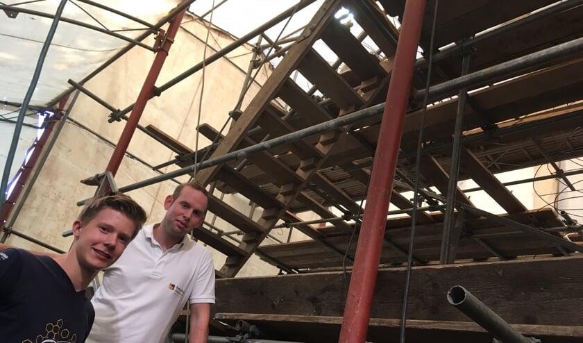 Ontwerper Chris Kleverwal (links) en voorzitter Niels Rouwhorst bij de dubbelzinnige rioolrat. Foto: Barbara Pavinati