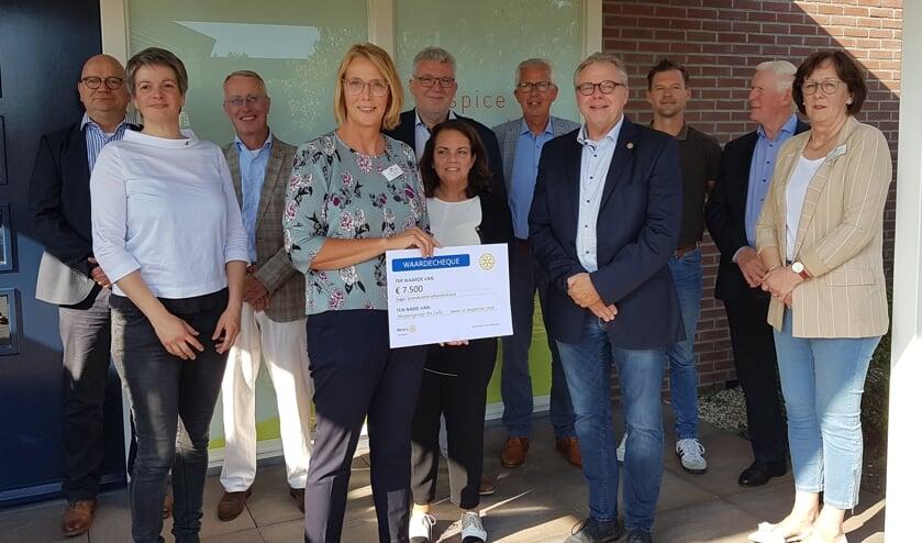 Rotaryleden uit Winterswijk en Gronau samen met bestuursleden en een coördinator van Hospice de Lelie. Foto: Selma Hannink-van Ommen