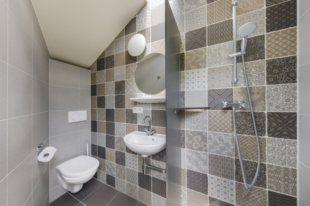 Bij De Twee Bruggen in Winterswijk zijn kampeerplekken met privé-sanitair met een eigen douche, wc en wastafel. Foto: Ton Hurks  © Achterhoek Nieuws b.v.