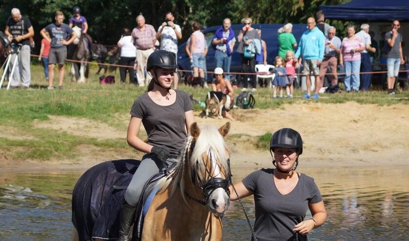 De deelnemers aan de Barchemse Paardenvierdaagse zullen zowel donderdag als zaterdag de Slinge doorwaadden. Foto: Gradus Derksen.