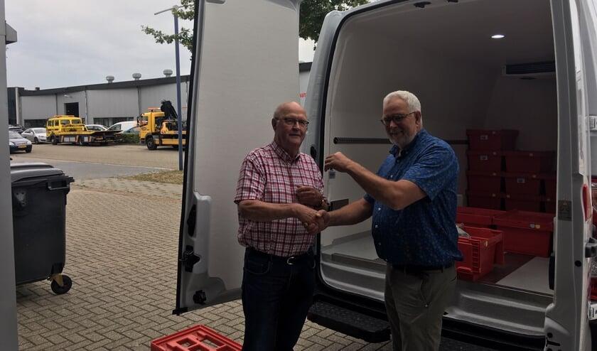 Voorzitter Chris Blaauboer neemt de sleutel van de nieuwe bus in ontvangst van Hans Tijdink. Foto: Barbara Pavinati