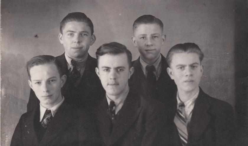 Een vriendengroep omstreeks 1942. Wie weet de namen? Foto: archief Vereniging voor Oudheidkunde Lichtenvoorde