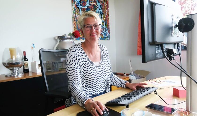 Marian Hagen, voorzitter van Longa '59, gezeten aan het bureau in haar kantoor. Foto: Theo Huijskes