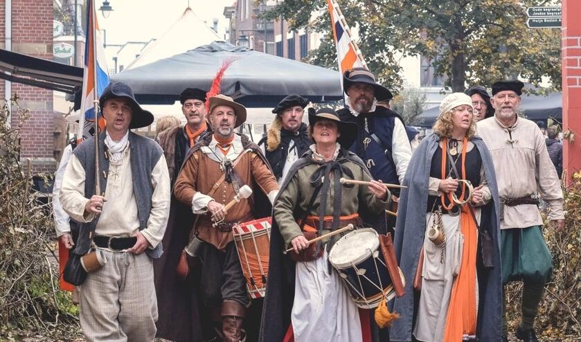 De middeleeuwse muziekgroep Vive les Gueaux zorgt voor sfeer en gezelligheid tijdens de Vestingdag. Foto: Groenlo Vestingstad Promotion