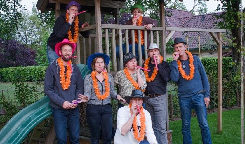Het bestuur van Oranjecomité Vierakker – Wichmond dat voor een omvangrijk feestprogrmma heeft gezorgd. V.l.n.r.: Gerrit Borgman, Niels Attema, Manon Peters, Judith Minderman, Paul Harmelink, Freddy Hogendoorn, Jantine van den Berg en Gerrit Weenk. Foto: PR.