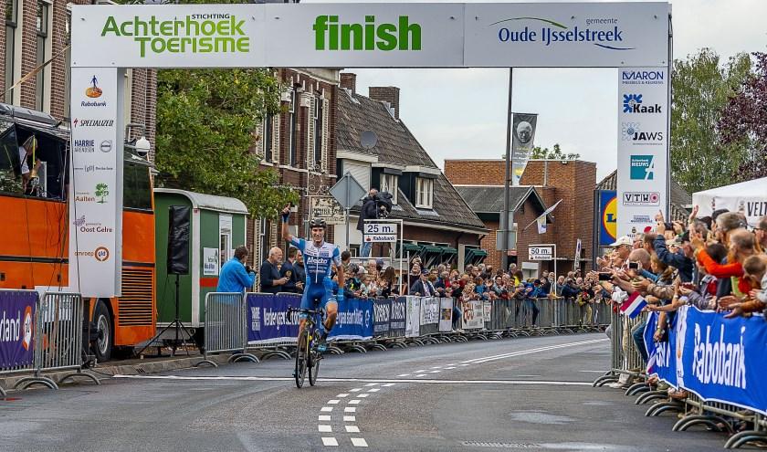Marco Doets komt solo als eerste over de finish in Terborg en schrijft daarmee de Ronde van de Achterhoek 2019 op zijn naam. Foto: Henk van Raaij
