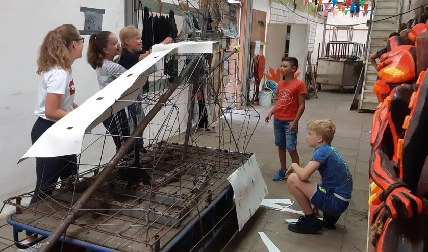 Kaily helpt Fem om papier op de wagen te plakken. Foto: Maartje de Kort