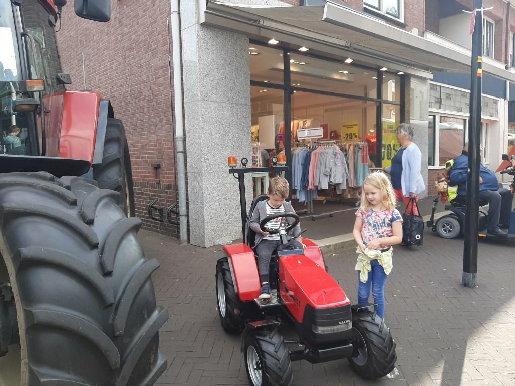 Een jongeman zit op een mini tractor. Foto: Eva Schipper  © Achterhoek Nieuws b.v.