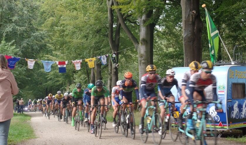 Met de opgehangen wielershirts en sfeeracties heerste er een Tour de France-sfeertje in De Wiersse. Foto: Jan Hendriksen,
