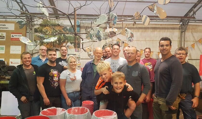 Corsogroep De Lummels uit Lichtenvoorde met in het midden, met lichtgrijs shirt, ontwerper Wesley Helmers uit Groenlo. Foto: Kyra Broshuis