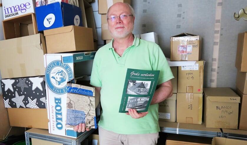 Bestuurslid Ruud Kaak toont in het depot/kantoor van de Oudheidkundige Vereniging Groenlo het 1ste en 20ste nummer van 'Grols Verleden'. Foto: Theo Huijskes