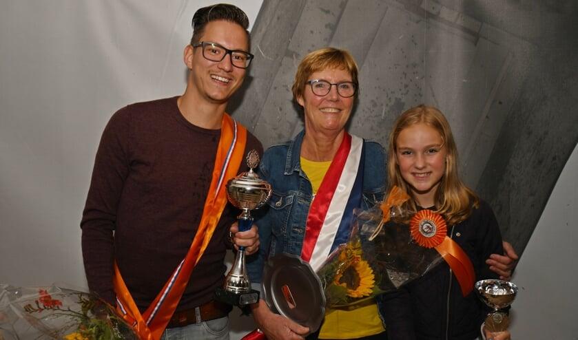 Het nieuwe koningspaar en jeugdprinses van Vierakker-Wichmond; Rick Abbink, Hennie Eikelakmp en Ieke Hoogendoorn. Foto: Paul Harmelink.