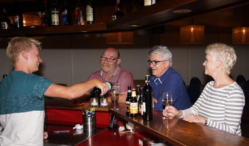 Ramon laat Willy, Anne en Marga vast één en ander proeven. Foto: Frank Vinkenvleugel