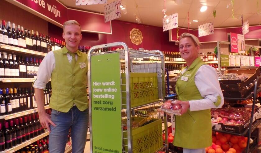 Jorn Geerligs en Esther Roode bij de speciale verzamelkar voor de online bestellingen. Foto: Jan Hendriksen. .