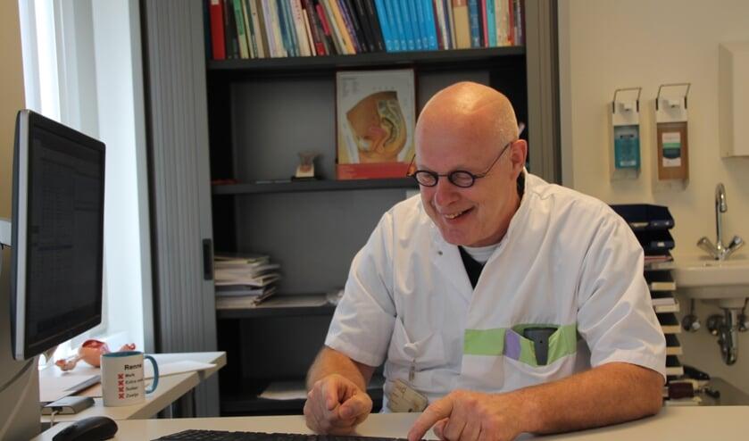 Dr. Renne Gerritse, zoals gewoonlijk typend met één vinger. Foto: Lydia ter Welle