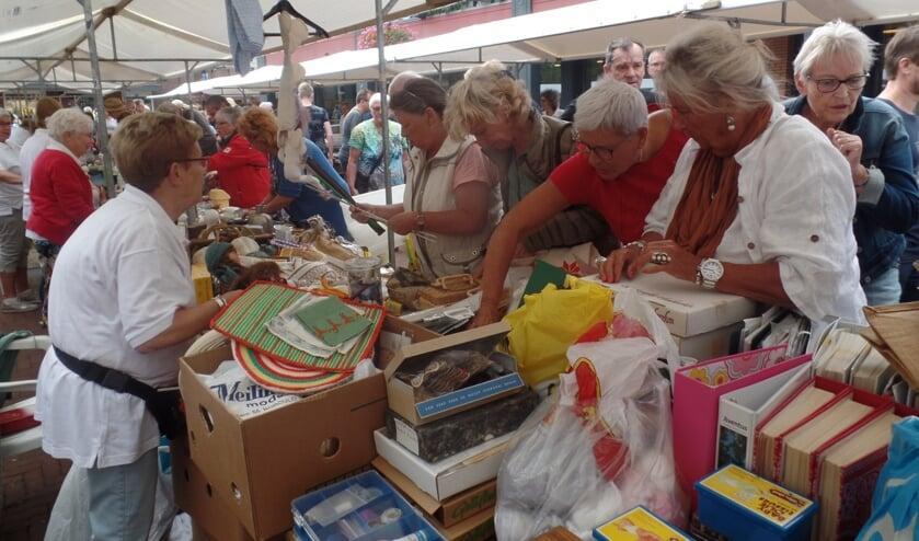 Het was vooral in de eerste uren van de markt druk bij de tientallen verkoopkramen. Foto: Jan Hendriksen