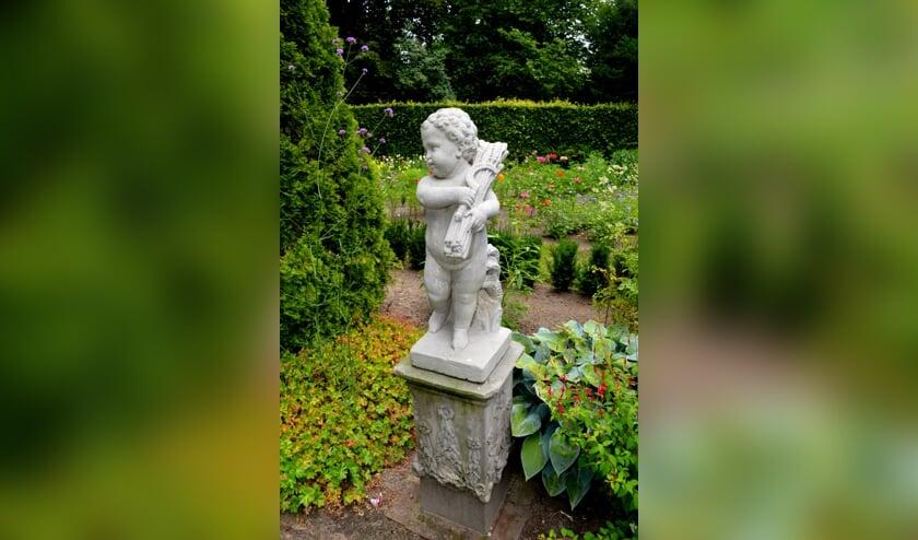 Een van de vele antieke beelden die de tuinen de Wildenborch verfraaien. Foto: PR