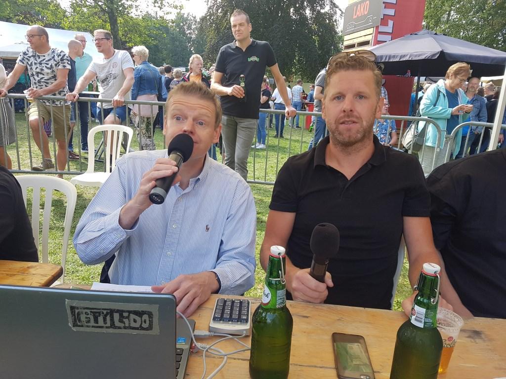 Spreekstalmeesters Kees Porskamp (l) en Joost Frank hadden genoeg tijd voor hun grappen en grollen.   © Achterhoek Nieuws b.v.