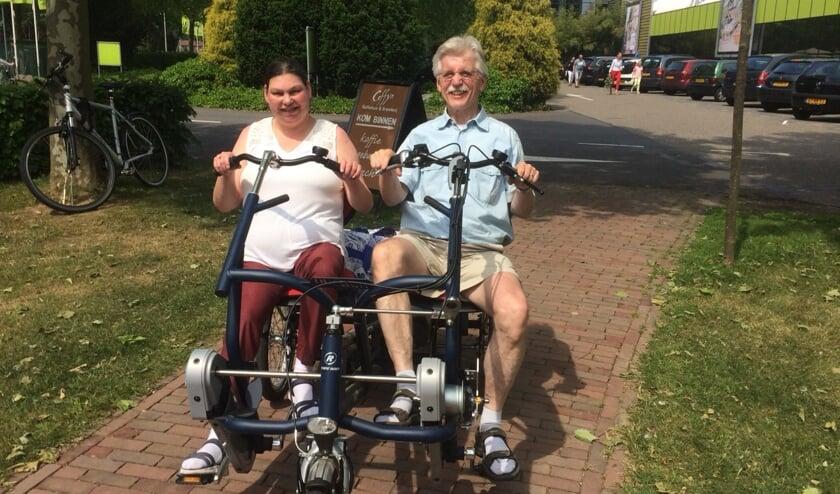 Monique Verberk (met fietspartner Ad) hoopt zoveel mogelijk 'steentjes' bij elkaar te fietsen voor het aangepaste woonhuis in Tamanredjo. Foto: An Verberk