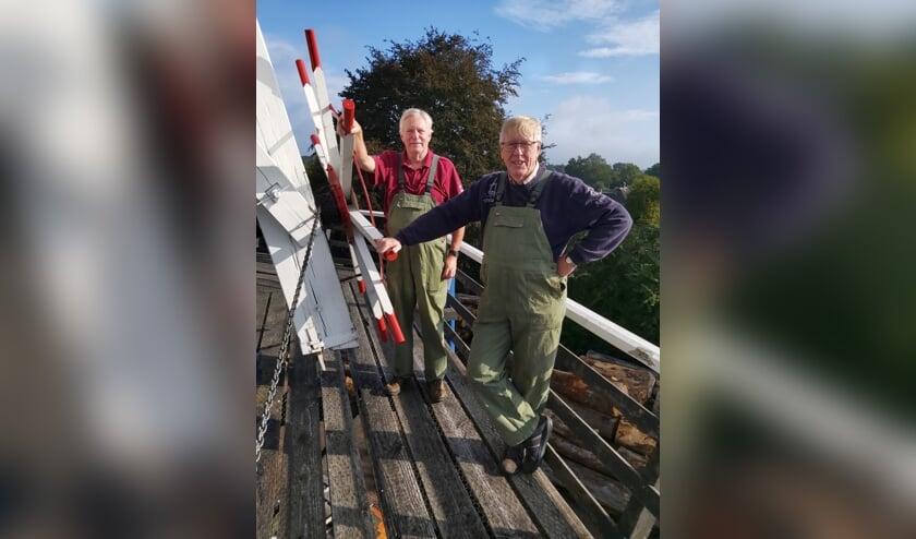 Henk Deunk (r) en Aart Wierenga zijn twee dagen bezig geweest en hebben het kruiwerk boven in de molen flink onder handen genomen. Foto: PR.
