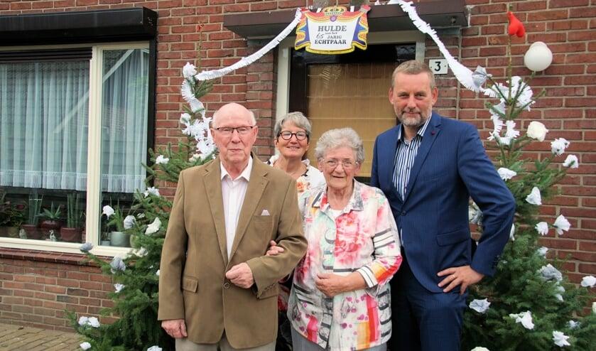 65 jaar zijn Günter en Gerrie Deussen getrouwd; het paar werd gefeliciteerd door burgemeester Anton Stapelkamp en zijn vrouw Cecile. Foto: Frank Vinkenvleugel