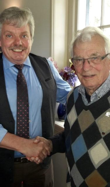 Voorzitter Henk Maalderink feliciteert Henk van Hof. Foto: Henk Greven
