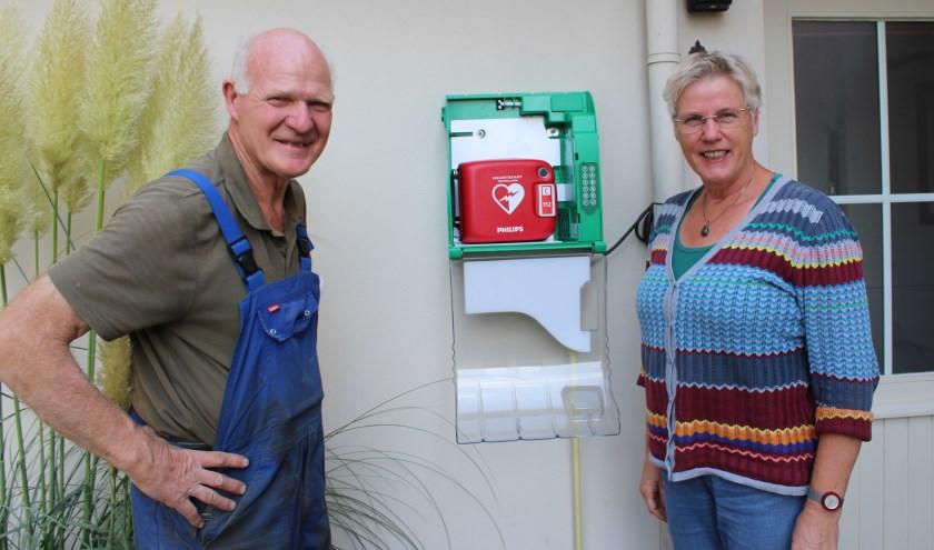 Gerrit Hermsen en zus Thea bij de BuurtAED aan de Antoniusstraat 11a in Lengel. Foto: Marlous Velthausz