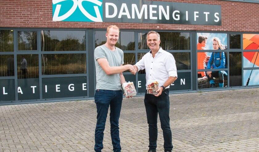 Ewald Berendsen en Ronald Damen van Damen Gifts met de speciale jubileum glazen. Foto: PR Bloemencorso